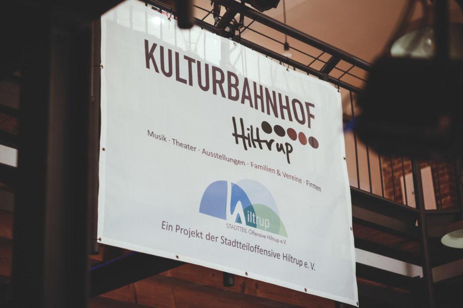 "Banner ""Kulturbahnhof Hiltrup"" im Saal des Kulturbahnhofs. Foto: A. Hasenkamp."