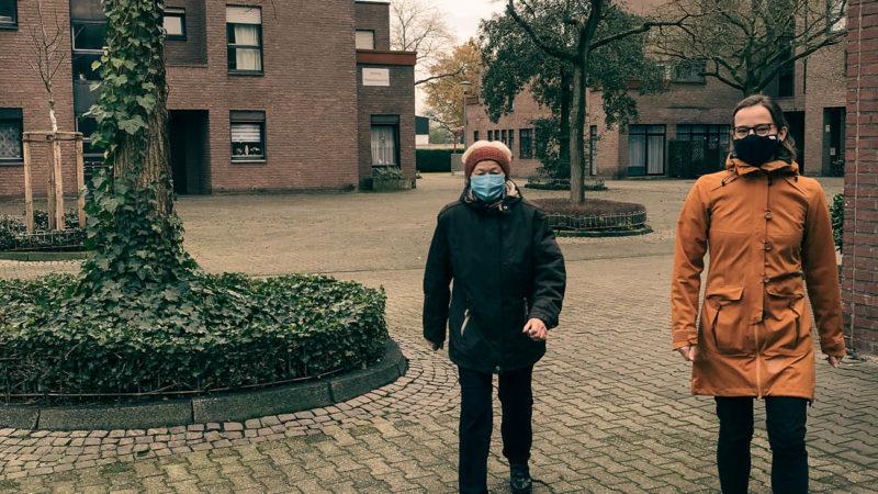 Zu zweit macht Bewegung an der frischen Luft mehr Spaß: Quartiersentwicklerin Karin Grave (r.) und eine Münsteranerin aus Hiltrup-Ost machen vor, wie ein Spazier-Tandem gelingt. Foto: Stadt Münster.