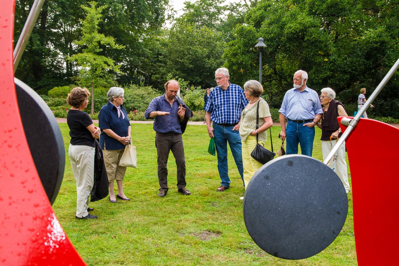 """Auch zum windbewegten Stahlobjekt von Rolf Stahr fielen den Besuchern von """"Skulpturen im Park"""" viele Fragen ein."""