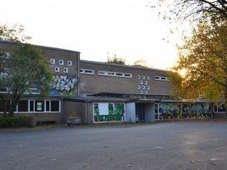 Leerer Schulhof der denkmalgeschützten Wartburgschule, einer Grundschule in Münster. Wartburgschule: Raum für Investoren