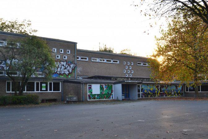 Die Wartburgschule: Leerer Schulhof der denkmalgeschützten Wartburgschule, einer Grundschule in Münster.