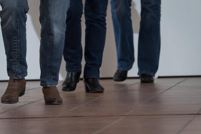 Bemerkenswert synchron: Keine leichte Aufgabe bei vielen der komplexen Abfolgen von Schritten im Line Dance. Foto: A. Hasenkamp, Fotograf in Münster.