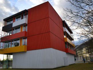 """ayern schon von jeher auf eine andere Art der Wärmedämmung von Fassaden: auf vorgehängte hinterlüftete Fassadensysteme – kurz VHF. Bei einem sogenannten Wärmedämm-Verbundsystem werden Dämmstoffplatten bzw. Dämmstoffblöcke direkt auf die Hausfassade """"aufgeklebt"""""""
