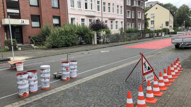 Ab dem 13. September 2021 wird die Umgestaltung der Hittorfstraße zur Fahrradstraße 2.0 mit der Roteinfärbung der Fahrgasse fortgesetzt.