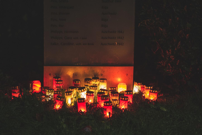 Gedenktafel am ehemaligen jüdischen Friedhof in Wolbeck in der Helmut-Pins-Straße am Tag nach einem Gedenken an die Reichspogramnacht 1938. Foto: A. Hasenkamp