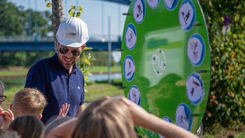 Neben Infoständen und einer Posterausstellung gab es familienfreundliche Baustellenführungen und Spielmöglichkeiten für Kinder - hier mit Phillip Oeinck vom Fahrradbüro. Foto: Stadt Münster/Michael C. Möller.