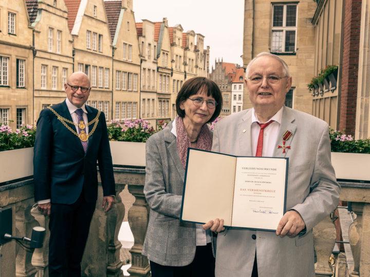 OB Markus Lewe (links) und Dr. Franz Kappenberg mit seiner Lebensgefährtin Ulla Badde freuen sich über die Verleihung des Bundesverdienstkreuzes. Foto: Stadt Münster/MünsterView.