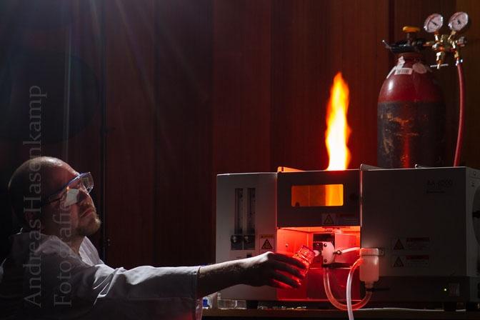 Chemisches Leuchten: Chemiker demonstriert Funktionieren bei Kinder-Uni 2