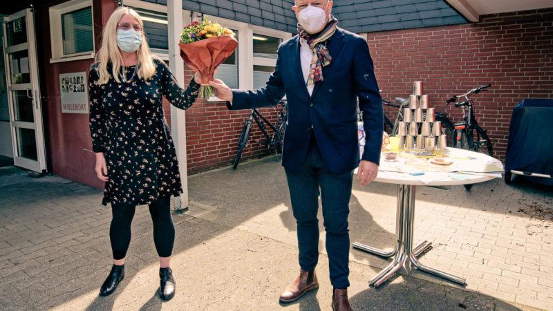 Oberbürgermeister Markus Lewe hat Blumen mitgebracht. Er gratulierte der Leiterin der Kita Wielerort, Karin Völker, zur Auszeichnung als erste städtische faire Kita. Foto: Stadt Münster, Amt für Kommunikation.