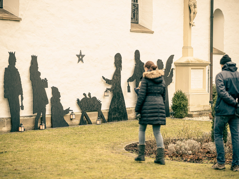 Königlicher Besuch bei der Krippe aus Sperrholz-Figuren an der Mauer der Kirche St. Agatha in Münster-Angelmodde. Foto: A. Hasenkamp.
