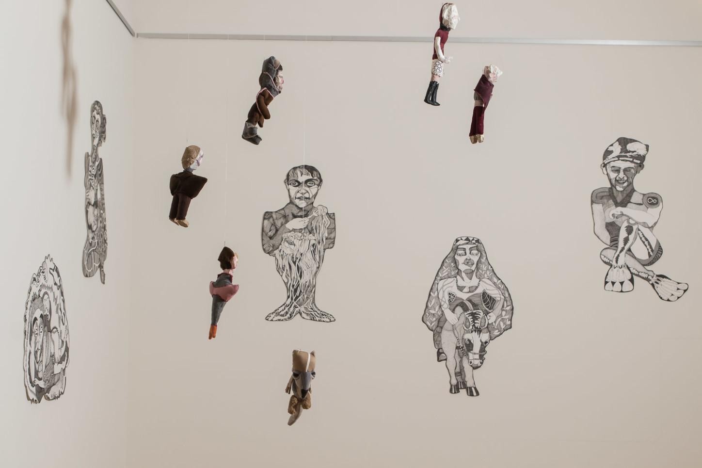 Vom Betrachter arrangierbar: Ein Ensemble aus Puppen und Zeichnungen von Lisa Urban. Foto: anh.