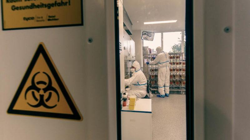In den Hochsicherheitslaboren des WWU-Instituts für Molekulare Virologie haben Wissenschaftler experimentelle Untersuchungen zur Temperaturstabilität des SARS-CoV-2-Erregers auf FFP2-Atemschutzmasken durchgeführt (Foto: WWU/Münster View)