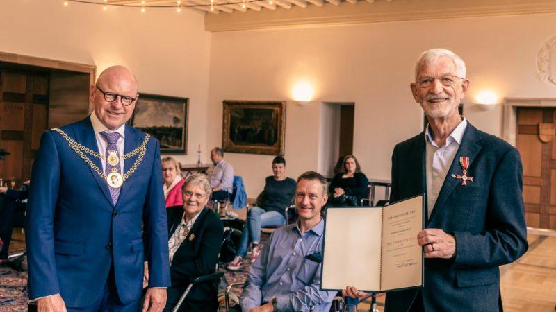 Oberbürgermeister Markus Lewe überreicht Bernhard Erich Mülbrecht das Bundesverdienstkreuz. Foto: Amt für Kommunikation, Stadt Münster.