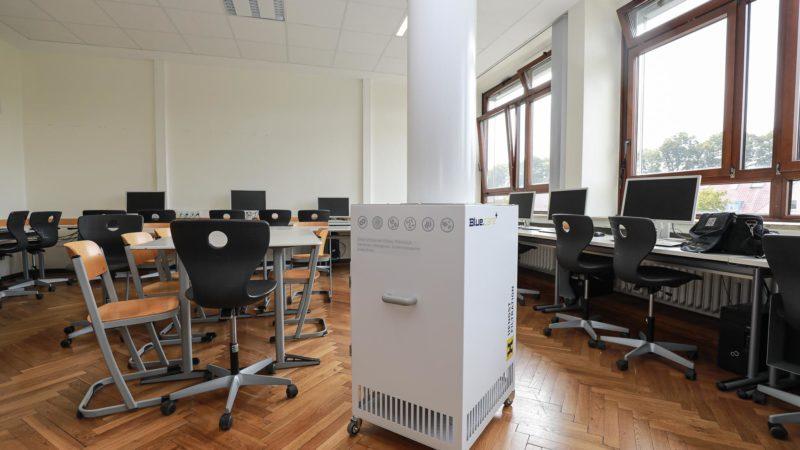 In einigen Schulen Münsters – hier im Annette-Gymnasium - laufen mobile Luftfilter bereits in schlecht zu lüftenden Räumen. 610 weitere Geräte könnten künftig in vielen weiteren Schulräumen vor einer Corona-Infektion schützen. Foto: Stadt Münst