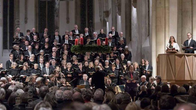 Chor und Orchester im Altarraum der Apostelkirche zu Münster.
