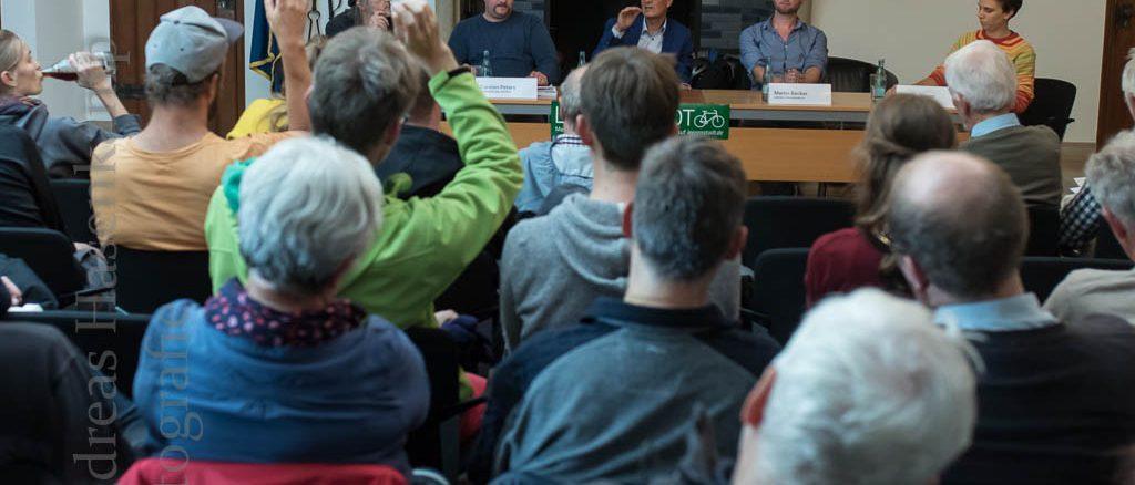 Diskutanten bei Podiumsdiskussion zur Fahrradhauptstadt im Stadtweinhaus.