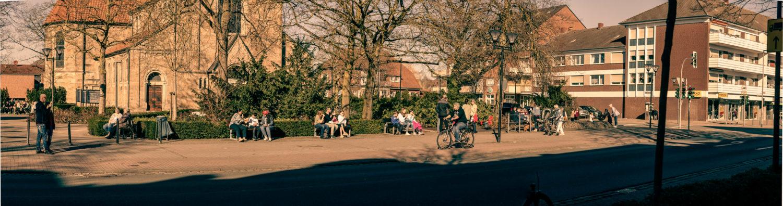 Sonnen-Genuss vor St. Clemens an der Marktalle in Münster-Hiltrup. Foto: A. Hasenkamp.