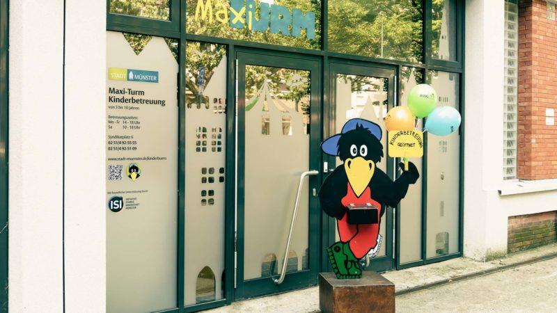 """Maxi ist wieder da und lädt zum Besuch im neuen """"Maxi-Turm"""" am Syndikatplatz. Fotos: Stadt Münster, Amt für Kommunikation."""