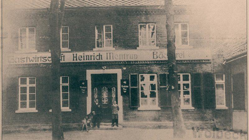 Blick auf die Gastwirtschaft Heinrich Mentrup mit der angrenzenden Bäckerei: In der Tür steht u.a. Urgroßvater Heinrich Mentrup.