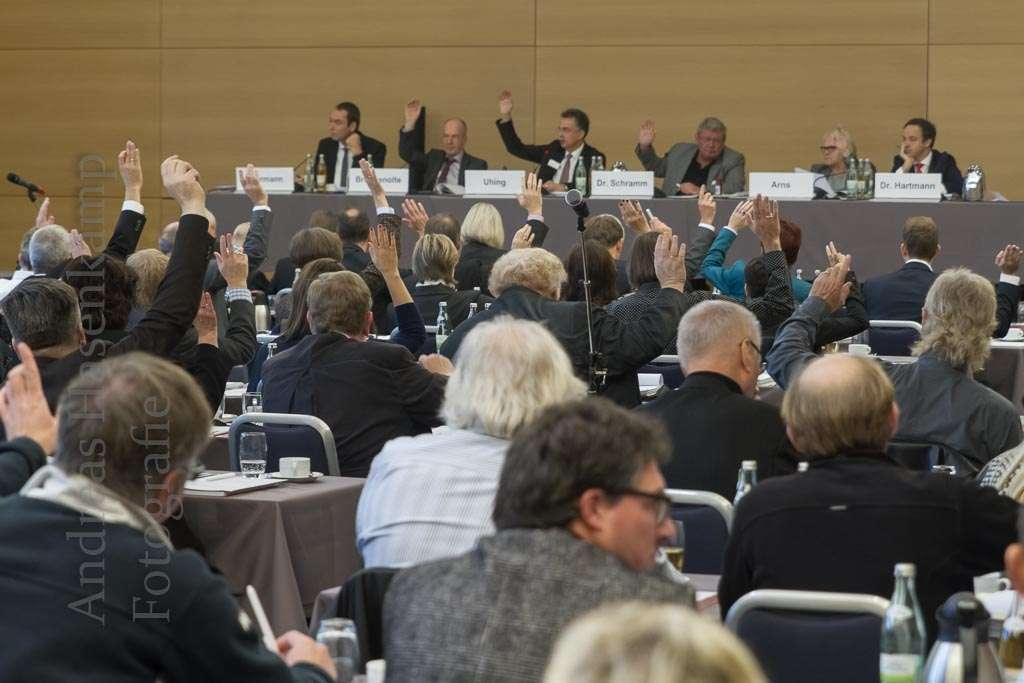 Weitgehende Einigkeit nach dem Gedankenaustausch: Architekten der Vertreterversammlung beschließen die Satzungsänderung, die den Rechnungszins senkt. Foto: anh.