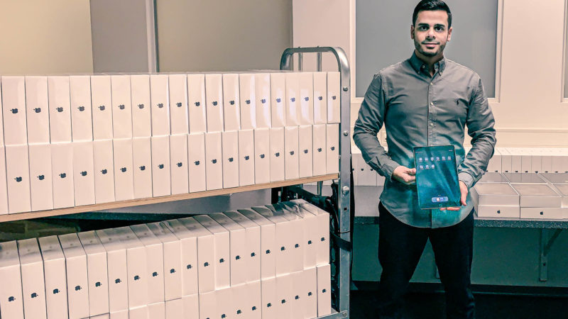 """Tablets, Tablets,Tablets. Cherif Moursi vom Team """"citeq@school"""" freut sich über die große Zahl Tablets, die er mit seinen Kolleginnen und Kollegen schon in die Schulen gebracht hat. Bis zum Sommer sollen es noch viel mehr werden. Foto: Stadt Münste"""