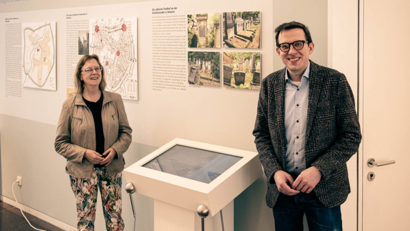 Erfreut über den neuen Film zum Jüdischen Friedhof sind Prof. Dr. Marie-Theres Wacker und Ludger Hiepel vom Vorstand des Vereins zur Förderung des Jüdischen Friedhofs an der Einsteinstraße Münster e.V.
