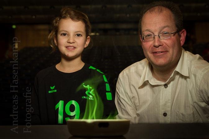 Bor erzeugt das schöne Grün: Aus der Nähe schauen zu Eva Babel und Professor Uwe Karst. Foto: A. Hasenkamp, Fotograf in Münster.