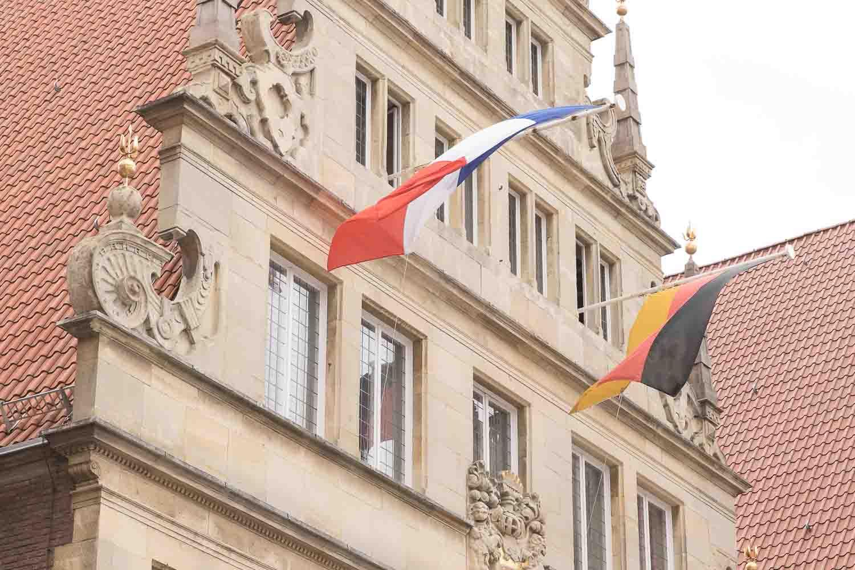Zum Jubiläum der Städtepartnerschaft Orlèans-Münster hängen Flaggen am Rathaus zu Münster.