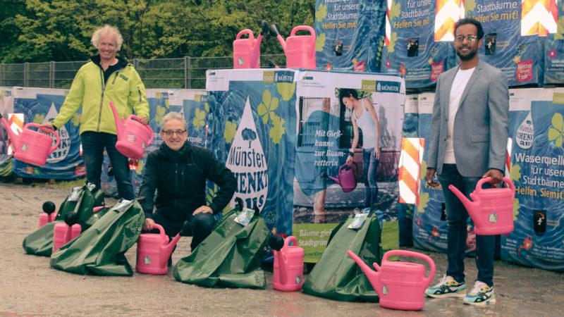 """Projektleiter Wolfram Goldbeck, Stadtrat Matthias Peck und Nahom Estifanos von den Stadtwerken Münster setzen darauf, dass auch in diesem Jahr viele ehrenamtliche """"Baumkeeperinnen und Baumkeeper"""" Münsters Straßenbäumen über den Sommer helfen. Gro"""