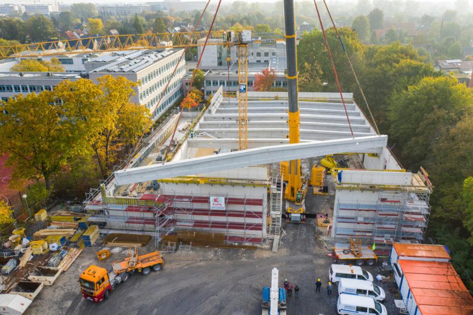 s geht gut voran beim Bau der neuen Dreifachsporthalle am Pascal-Gymnasium. Tribünen und Dachbinder sind bereits montiert. Fotos: Presseamt Münster.