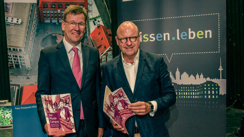 Prof. Dr. Johannes Wessels und Oberbürgermeister Markus Lewe freuen sich über den Startschuss für die Planungen zum Musik-Campus. Foto: WWU-Ulrich Gunka.