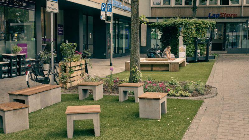 Der Parkplatz am Bült präsentiert sich während der Verkehrsversuche als ein Erholungsort mit viel Grün.