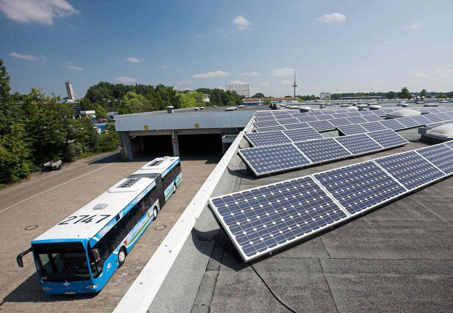 Photovoltaik-Panele auf eniem Dach, Bus der Stadtwerke Münster.