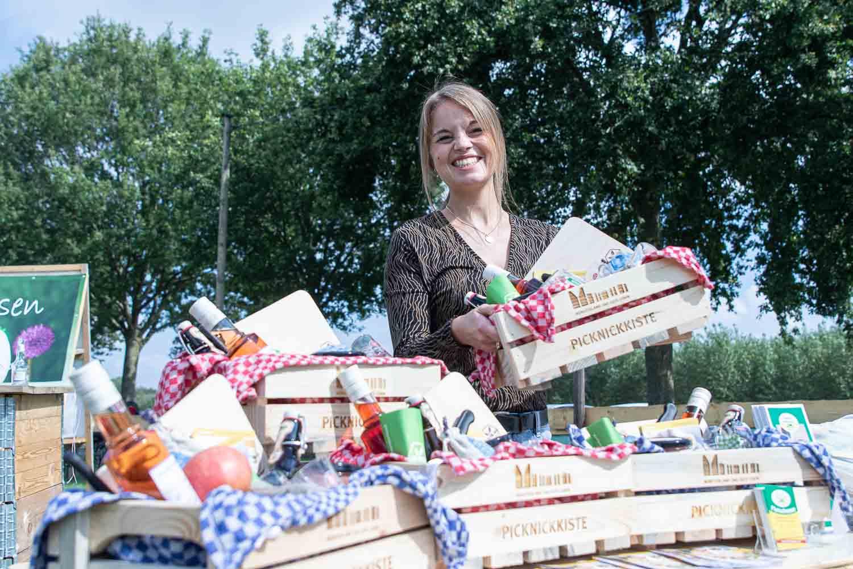 """Auf den Kulturwiesen dabei: Laura Hoofende, Projektmanagerin für """"Picknick hoch Drei"""" auf den """"Kulturwiesen"""" beim ersten Wettendorfer Picknik 2020."""