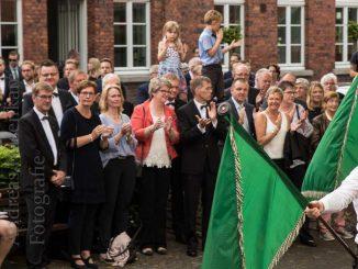 Publikum beim Fahnenschlag zur Proklamation der Majestäten des Bürgerschützen- und Heimatvereins Angelmodde.