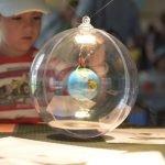 Geschichten lauschen, Lichter bestaunen und Bibelseiten drucken im Q.UNI Camp