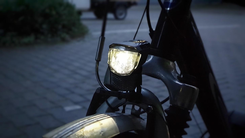 Fahrrad-Scheinwerfer an einem Fahrrad im Halbdunkel