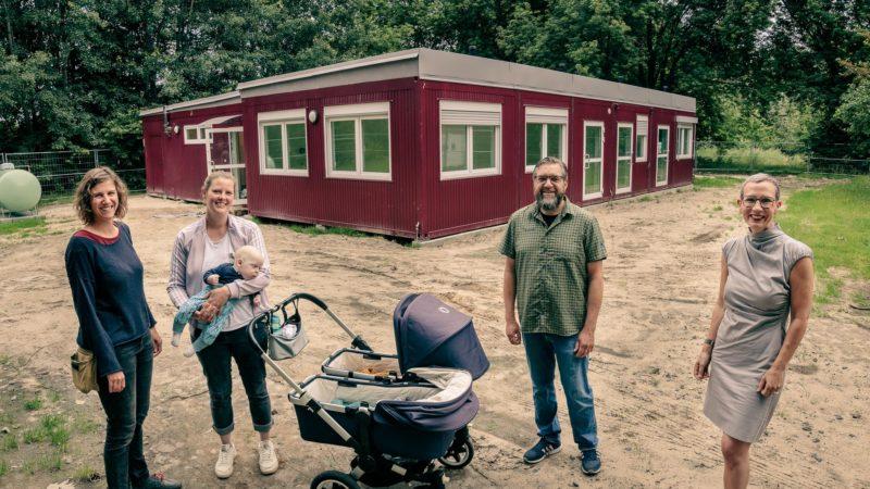 Für Kinder umgebaut wurden die Pavillons, die bislang an der Heidestraße standen. Nun bekommen sie einen neuen Zweck als Interims-Kita für die Elterninitiative Regenbogenkinder am Hoppengarten, Saskia Zeh und Katrin Freiheit von der Elterninitiative mi