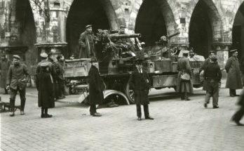 Soldaten des Freikorps Lichtschlag zogen 1919 vor das Rathaus in Münster. Foto: Stadt Münster / Sammlung Stadtarchiv.
