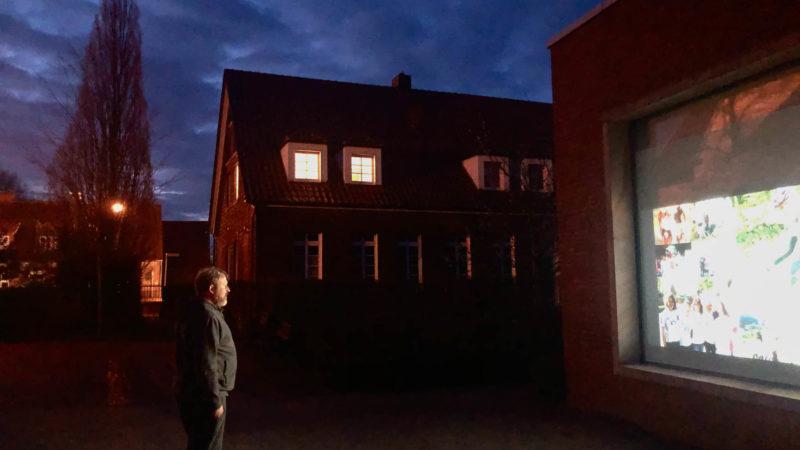 Am digitalen Schaufenster des St.-Josef-Stifts in Sendenhorst-Albersloh. Foto: B.f.A.