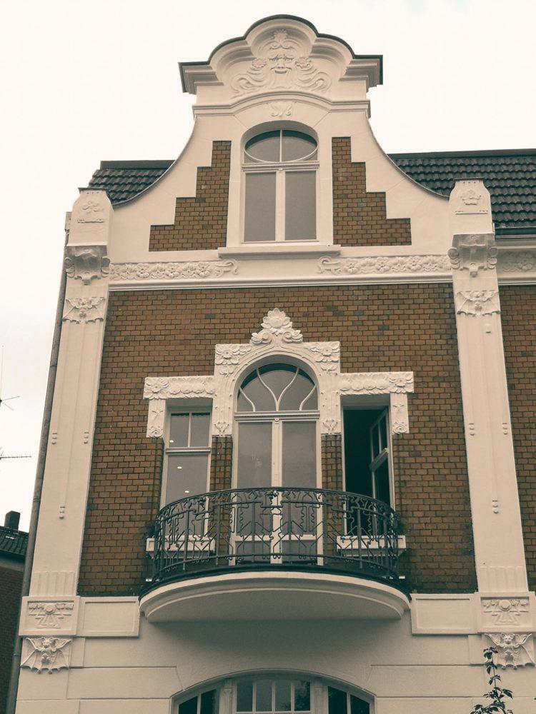 Der Schaugiebel nach Fertigstellung der geschwungenen Fenstersprossen. An der Hauswand lassen sich auch Stuck-Fledermäuse entdecken. Fotos: Stadt Münster, Denkmalbehörde.