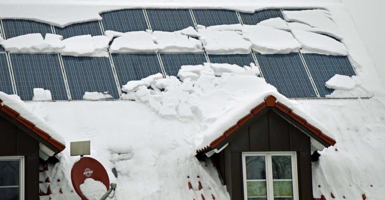 Schnee auf Dach mit Solaranlage