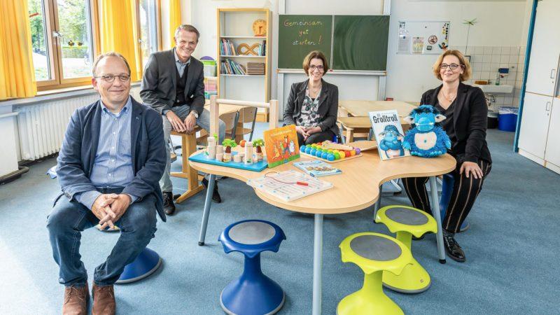 Dr. Martin Jungwirth, Geschäftsführer des Zentrums für Lehrerbildung, Klaus Ehling, Leiter des Amtes für Schule und Weiterbildung, Schulrätin Stefanie Buschmann und Petra Flörke, Leiterin der Matthias-Claudius-Schule, freuen sich, dass das Projekt
