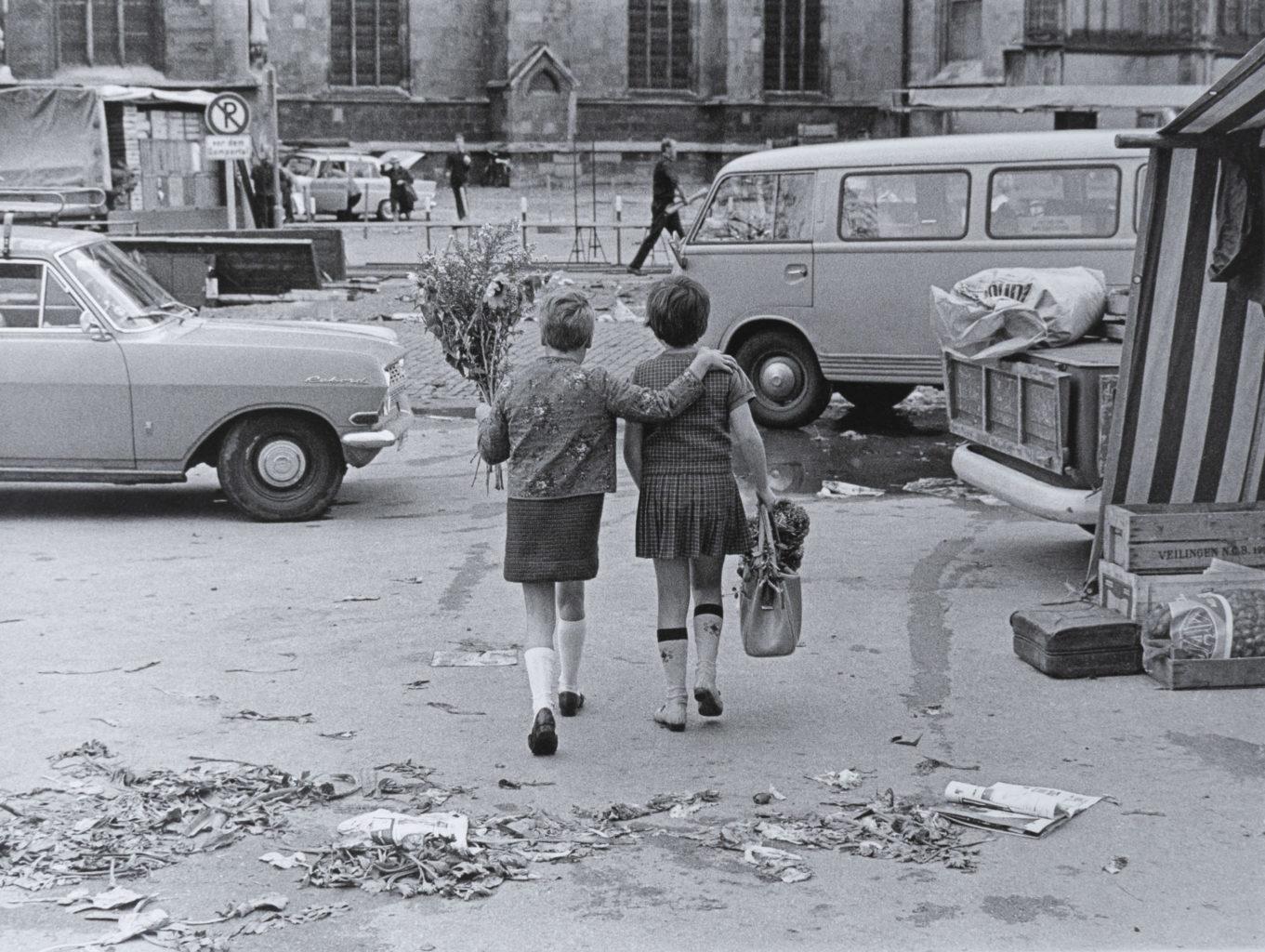Zwei Kinder streifen am Ende eines Markttages im Herbst 1970 über Münsters Domplatz. Foto: Berthold Socha/Sammlung Stadtmuseum Münster.