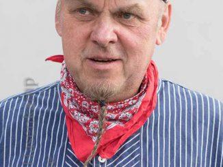 Wolfgang Wittler mit blau-weißem Hemd und rotem Halstuch.