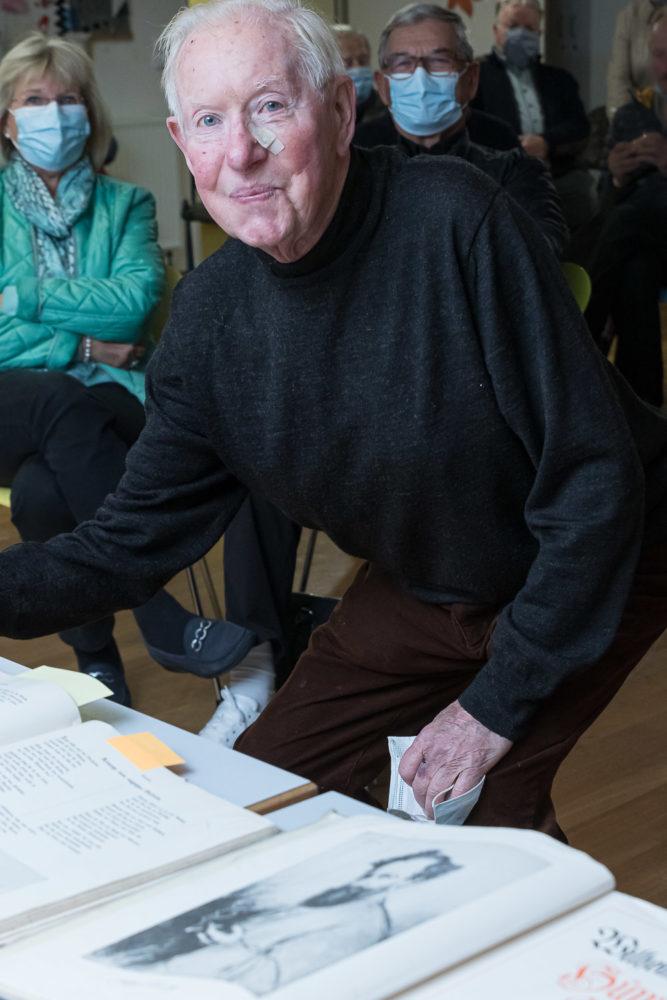 Wilfried Hassel mit einem Lebensbegleiter, einem Werk von Wilhelm Busch. Foto: A. Hasnekamp.
