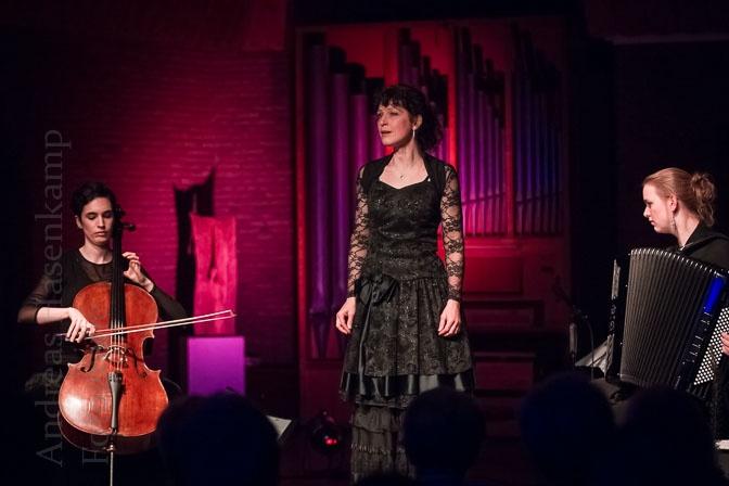 Drei Frauen und die Liebe mit der Cellistin Cicilia Rubio, der Sängerin Heide Bertram und der Akkordeonistin Marieke Kroes in der Christus-Kirche in Münster-Wolbeck.