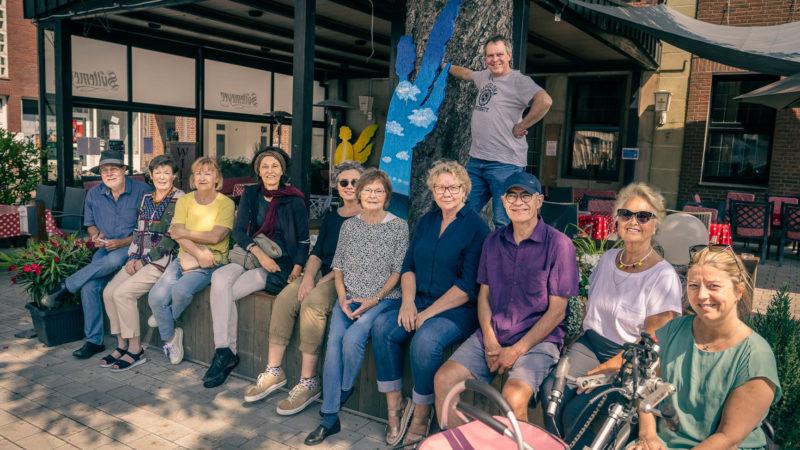 Zu Gast bei Engeln - A.K.T. im Biergarten des Restaurants Sültemeyer mi teinem der Engel von Thomas Schultz. Foto: agh.