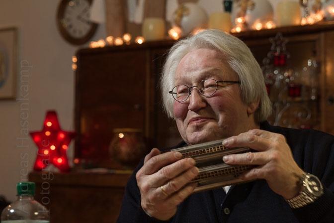 Johannes Loy erzählt und liest wahrhaft Weihnachtliches im AWO Treff Wolbeck; Peter Weidlich spielt Lieder auf der sechsseitigen Mundharmonika. Foto: A. Hasenkamp, Fotograf in Münster.