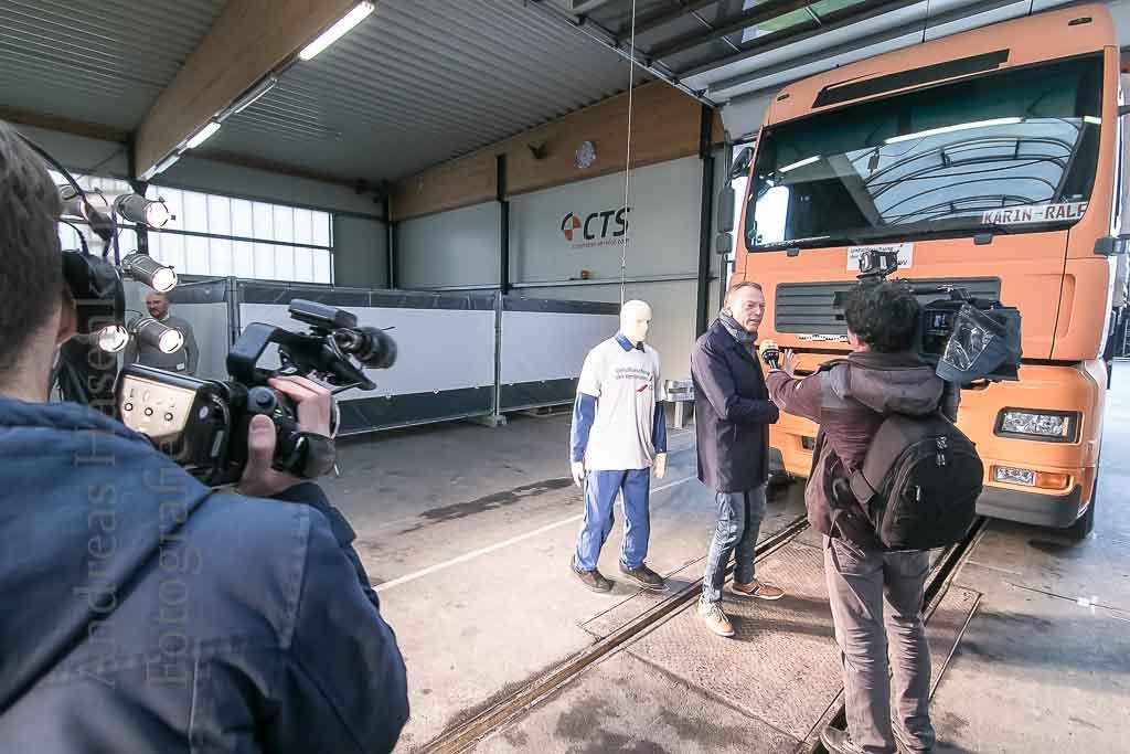 Fußgänger als Lkw-Opfer: Für die Studie der Unfallforschung der Versicherer interessieren sich beim Crashtest viele Medien. Bildmitte: Siegfried Brockmann.